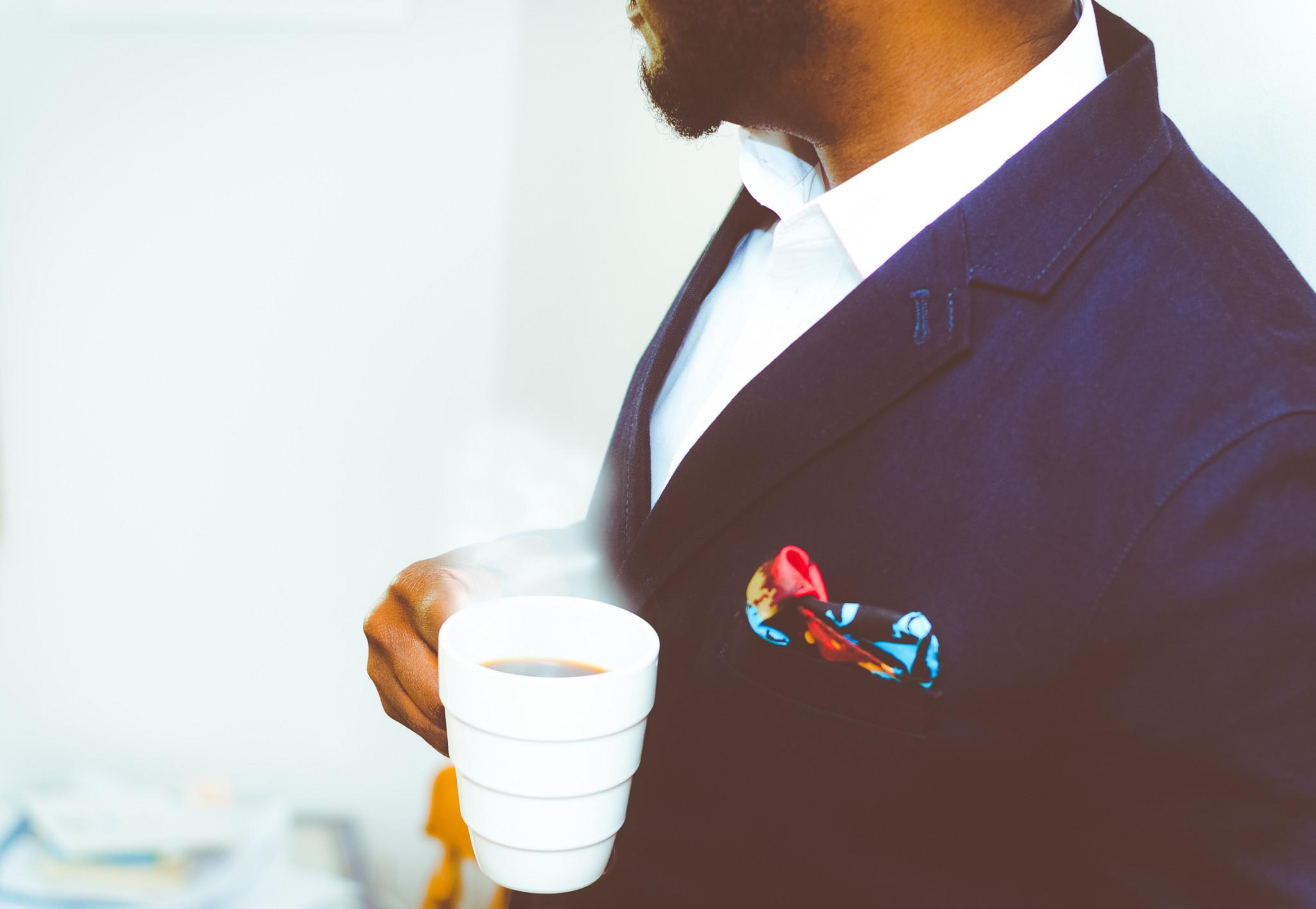 Nina Groes, direktør i KVINFO, skriver udførlig guide til mænd om tøj på arbejdspladser. »Du må ikke virke udfordrende som mand«, lyder et af rådene.