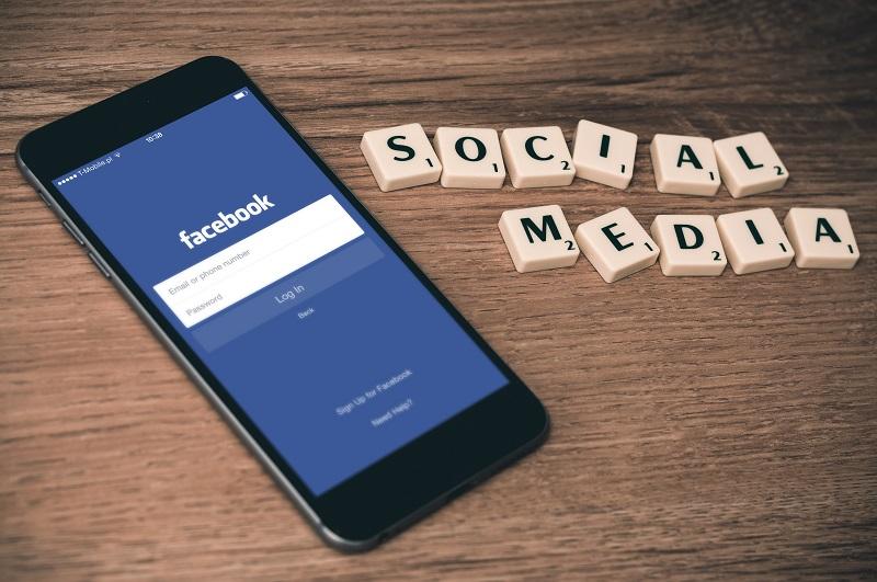 Facebooksider-i-konflikt-en-feminists-bekendelser-anmelder-en-soemands-bekendelser