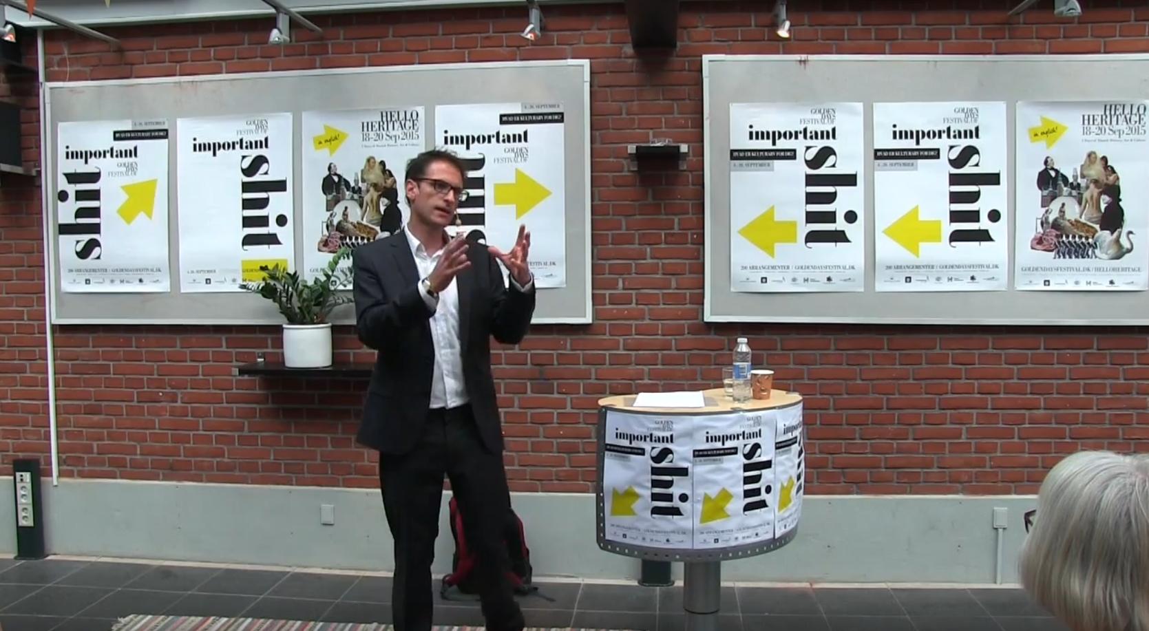 Claus Elholm Andersen ved et foredrag. Foto: sceenshot, YouTube.