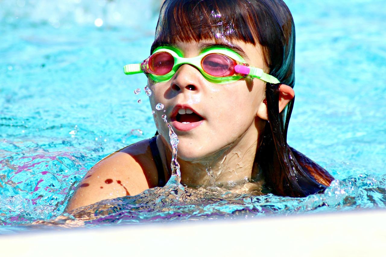 I Hovedstadens Svømmeklub tilbydes muslimske piger svømmetræning uden dreng bag slørede ruder. Tiltaget kritiseres af flere. Billede: Arkivfoto.