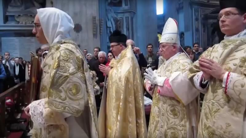 Ærkebiskop og kardinal Antonio Cañizares anklages for opfodringen til hadbrydelser efter udtalelser mod homoseksualitet og radikal feminisme. Her ses Cañizares (tredje fra venstre) i Peterskirken i Rom. Billede: YouTube.