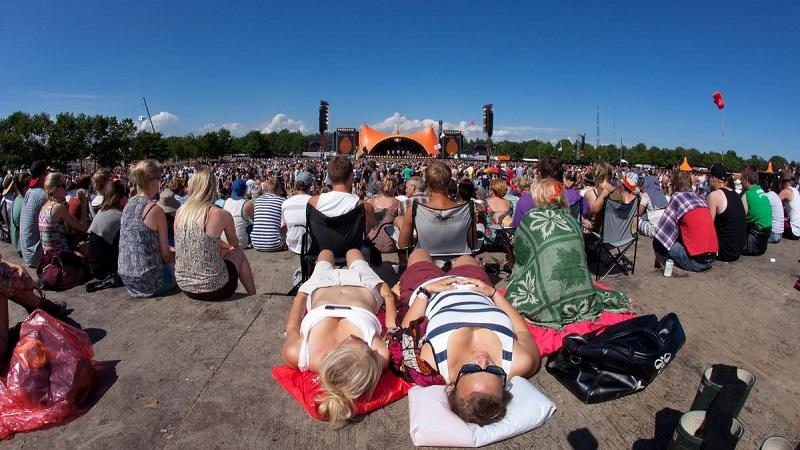 Atmosfæren på Roskilde foran Orange Scene, 2012. Billede: Roskilde-festival.dk.
