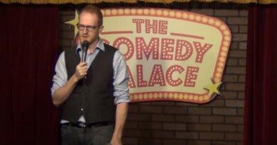 Stand-up-komiker afbrydes af tilskuer, der ikke vil høre om kvindelige sportskommentatorer