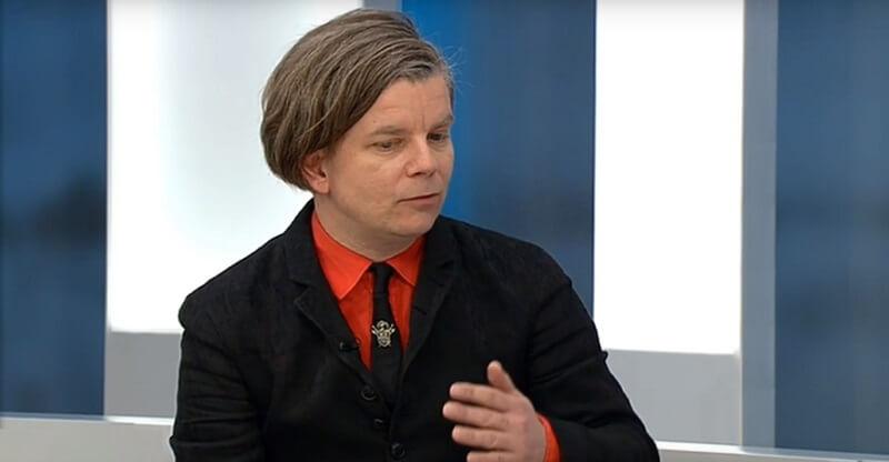 Ifølge kønsdebattør Henrik Marstal gjorde »indlejret had til kvindekønnet« udslaget, da en 23-årig mand i sidste weekend tæskede sin kæreste til døde i Svendborg. Marstal ses her ved en anden lejlighed i Deadline på DR2. BIllede: Deadline/YouTube.