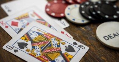 Kvinde skaber kønsneutrale spillekort i protest mod manglende ligestilling: Ikke rimeligt, at kongen er mere værd end dronningen